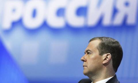 Песков объяснил падение рейтинга Медведева большим грузом ответственности