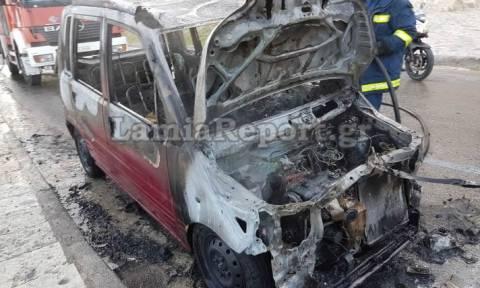 Λάμια: Λαμπάδιασε αυτοκίνητο στο κέντρο της πόλης (vid)