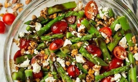 Island salad: Λίγο πριν τις διακοπές στο νησί, δοκίμασε αυτή τη σαλάτα με ντομάτα, φέτα & σπαράγγια