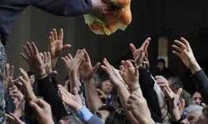 Στοιχεία σοκ: Τα μνημόνια «βύθισαν» τη χώρα - Η φτώχεια «κυκλώνει» έναν στους τρεις Έλληνες