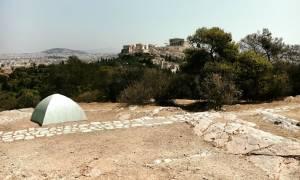 Έστησαν κακόγουστο «μνημείο μετανάστη» στο λόφο του Φιλοπάππου (pics)