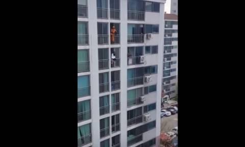 Ο εντυπωσιακός τρόπος που ένας πυροσβέστης έσωσε γυναίκα από την αυτοκτονία (vid)