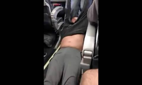 Η United δίνει αποζημίωση στον επιβάτη που σύρανε έξω από το αεροπλάνο