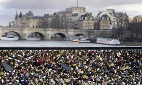 Στο σφυρί τα «λουκέτα της αγάπης» που αφήνουν οι ερωτευμένοι στις γέφυρες του Παρισιού (vid)