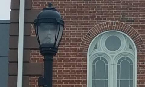 Το... φάντασμα της λάμπας: Η «ανατριχιαστική» φωτογραφία που κάνει το γύρο του διαδικτύου!