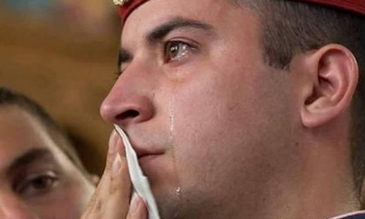Αυτός είναι ο Εύζωνας που δάκρυσε για την Ελλάδα – Συγκλονίζουν τα λόγια του