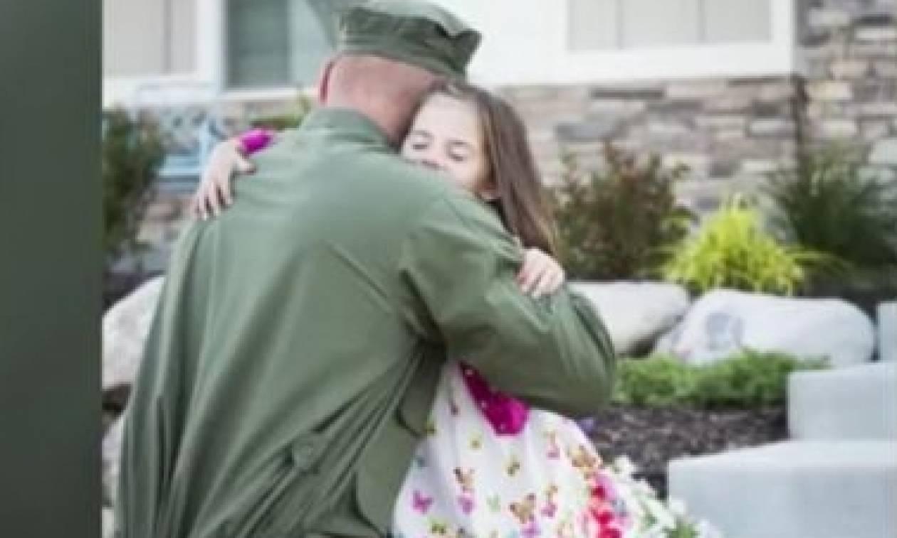 Στρατιωτικός επιστρέφει στο σπίτι ένα χρόνο μετά και κάνει απίστευτη έκπληξη στην κόρη του (vid)