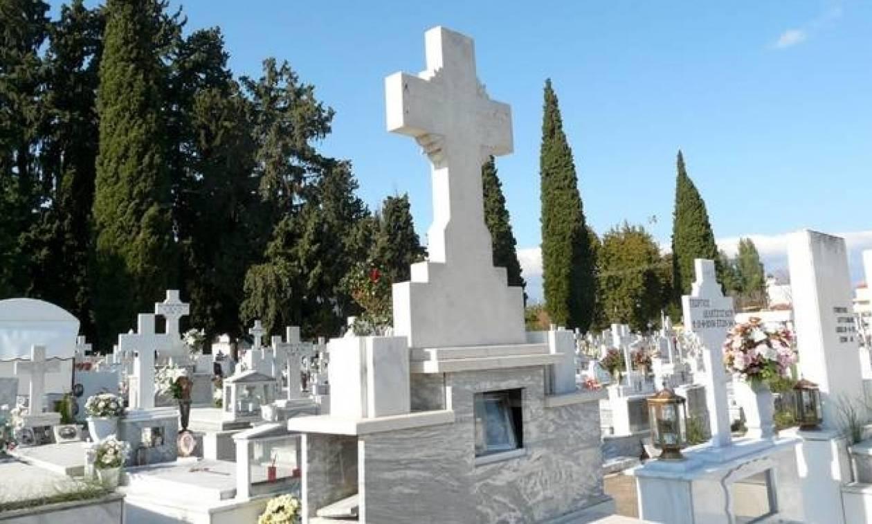 Εικόνες που σοκάρουν: Άστεγος κοιμάται σε νεκροταφείο (vid)
