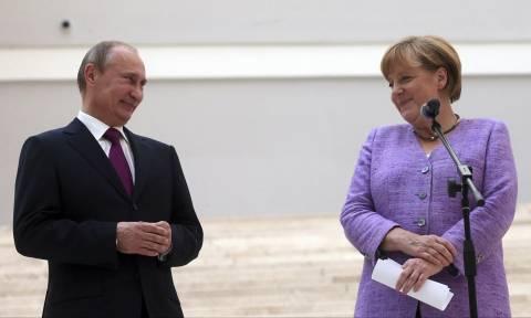 Η Μέρκελ «σπάει» το εμπάργκο και συναντάται σήμερα στη Ρωσία με τον Πούτιν (Vid)