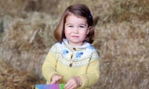 Έγινε ήδη δύο ετών: Η κόρη του πρίγκηπα Γουίλιαμ και της Κέιτ Μίντλετον είναι «φτυστή» η βασίλισσα