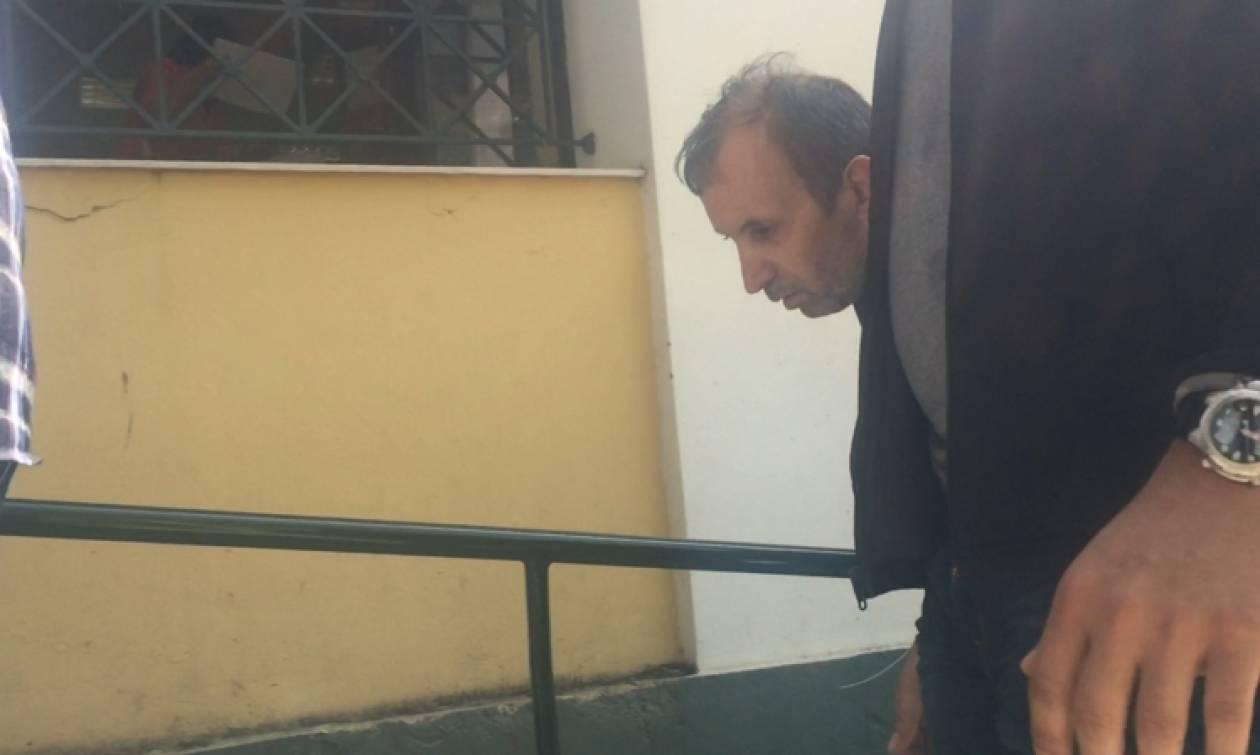 Επιτέθηκαν στον παιδοκτόνο της 6χρονης Στέλλας έξω από τα δικαστήρια (vid)