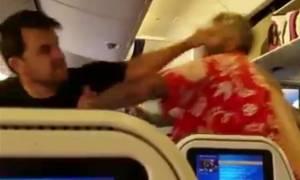 Πανικός: Απίστευτο ξύλο σε αεροπλάνο λίγο πριν την απογείωση! (vid)