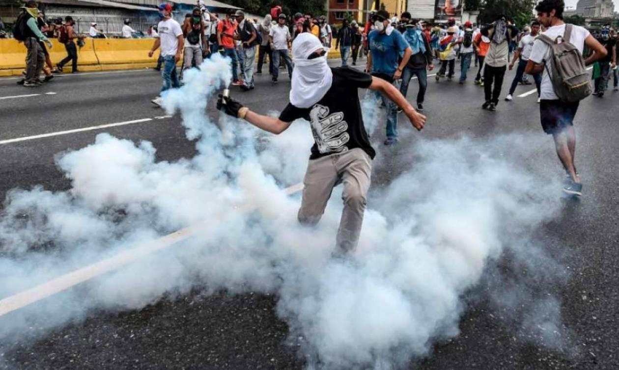 Με αίμα βάφτηκαν οι διαδηλώσεις στη Βενεζουέλα: Στους 31 οι νεκροί -  Χάος και δακρυγόνα (video)