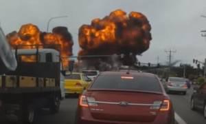 Βίντεο - σοκ: «Πύρινη» κόλαση από συντριβή αεροσκάφους σε λεωφόρο