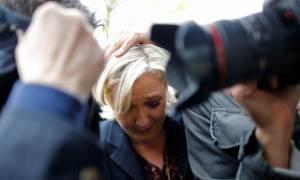 Χαμός στη Γαλλία: Πέταξαν αβγά στη Λεπέν (vid)