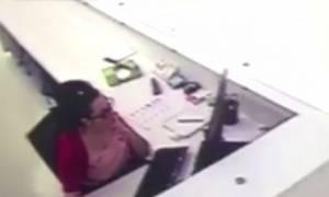 Επικό: Χτύπησε το κεφάλι της για να πάρει αποζημίωση, αλλά... πιάστηκε στα «πράσα» (vid)
