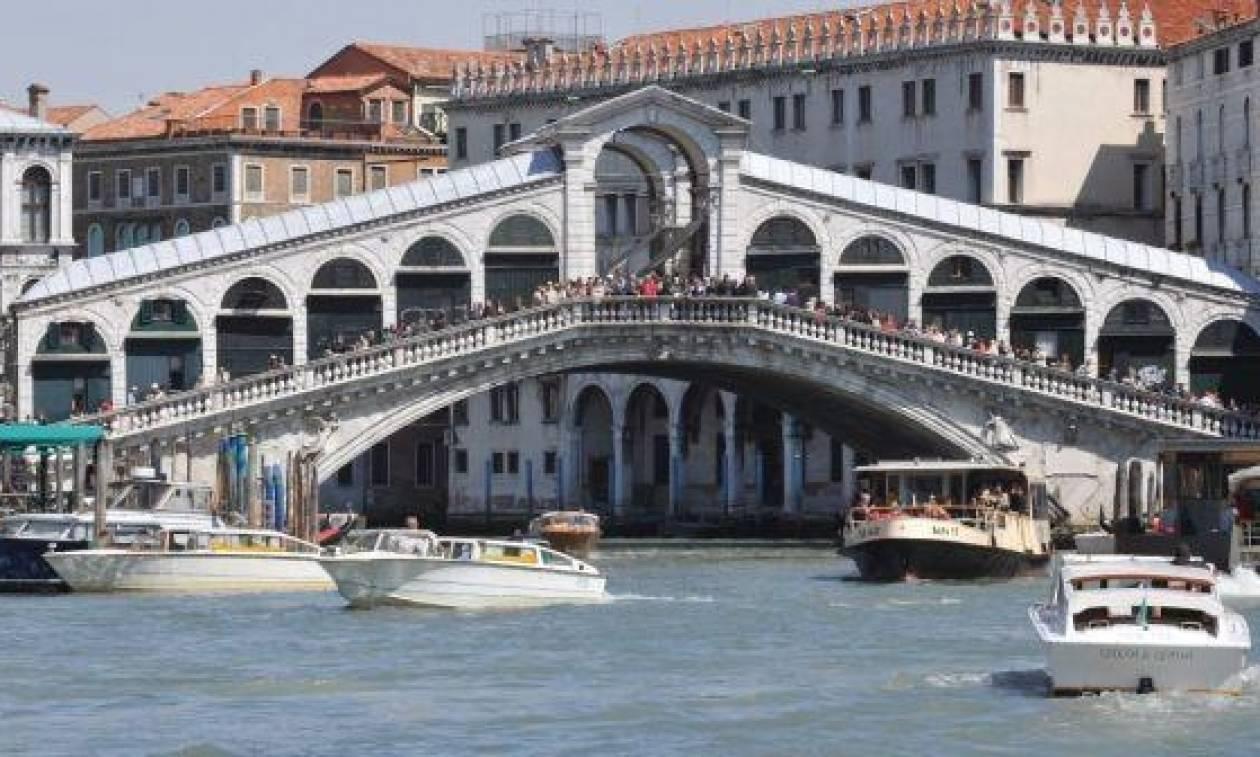 Πρόστιμο 3.300 ευρώ σε μοντέλο που εμφανίστηκε γυμνόστηθο στη Βενετία!