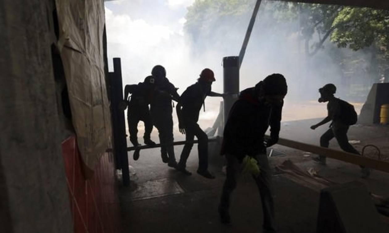 Bίντεο - σοκ από τη Βενεζουέλα: Θωρακισμένο όχημα πατά διαδηλωτές - Νεκρός φοιτητής σε Πανεπιστήμιο