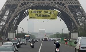 Εκλογές Γαλλία: «Καταδρομική» δράση της Greenpeace στον Πύργο του Άιφελ - Σήκωσαν πανό για τη Λεπέν