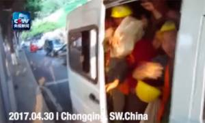Viral: Αστυνομικοί δεν πίστευαν στα μάτια τους με αυτό που αντίκρυσαν όταν σταμάτησαν αυτό το βαν