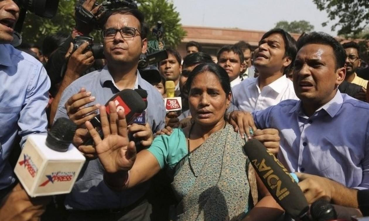 Ινδία: Επικυρώθηκε η θανατική ποινή για 4 άνδρες που βίασαν και σκότωσαν φοιτήτρια