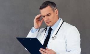 ΟΕΝΓΕ: Σε εκκρεμότητα εδώ και ένα χρόνο η βαθμολογική εξέλιξη των γιατρών του ΕΣΥ