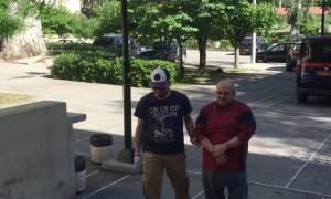 Επιτέθηκαν φραστικά στο βιαστή της Δάφνης έξω από τα δικαστήρια