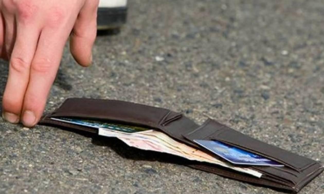Απίστευτο: Βρήκε μετά από 8 χρόνια το πορτοφόλι της άθικτο! (pics+vid)