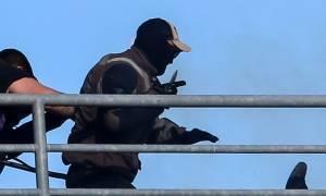 Εικόνα σοκ: Η στιγμή που χούλιγκαν του ΠΑΟΚ μαχαιρώνει οπαδό της ΑΕΚ