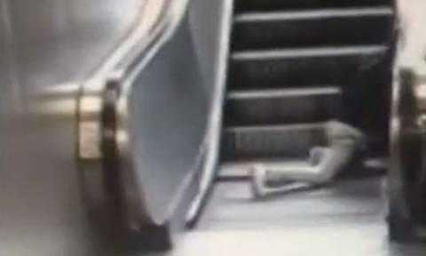 Βίντεο-Σοκ: Το παιχνίδι στις κυλιόμενες σκάλες παραλίγο να καταλήξει σε τραγωδία (ΣΚΛΗΡΕΣ ΕΙΚΟΝΕΣ)