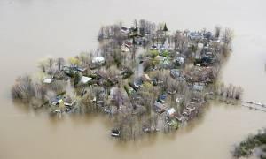 Καναδάς: Τουλάχιστον ένας νεκρός από τις σαρωτικές πλημμύρες - Αγνοείται 2χρονο κοριτσάκι (pics+vid)