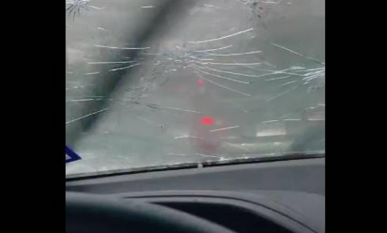 Καιρός: Φονικό χαλάζι διαλύει παρμπρίζ αυτοκινήτων και η οδηγός καταγράφει τα πάντα (video)
