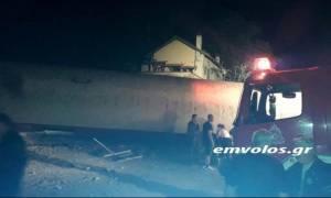Εκτροχιασμός τρένου Θεσσαλονίκη: Το βαγόνι διαπέρασε σπίτι - Επιτόπου ΕΚΑΒ και πυροσβεστική (photo)