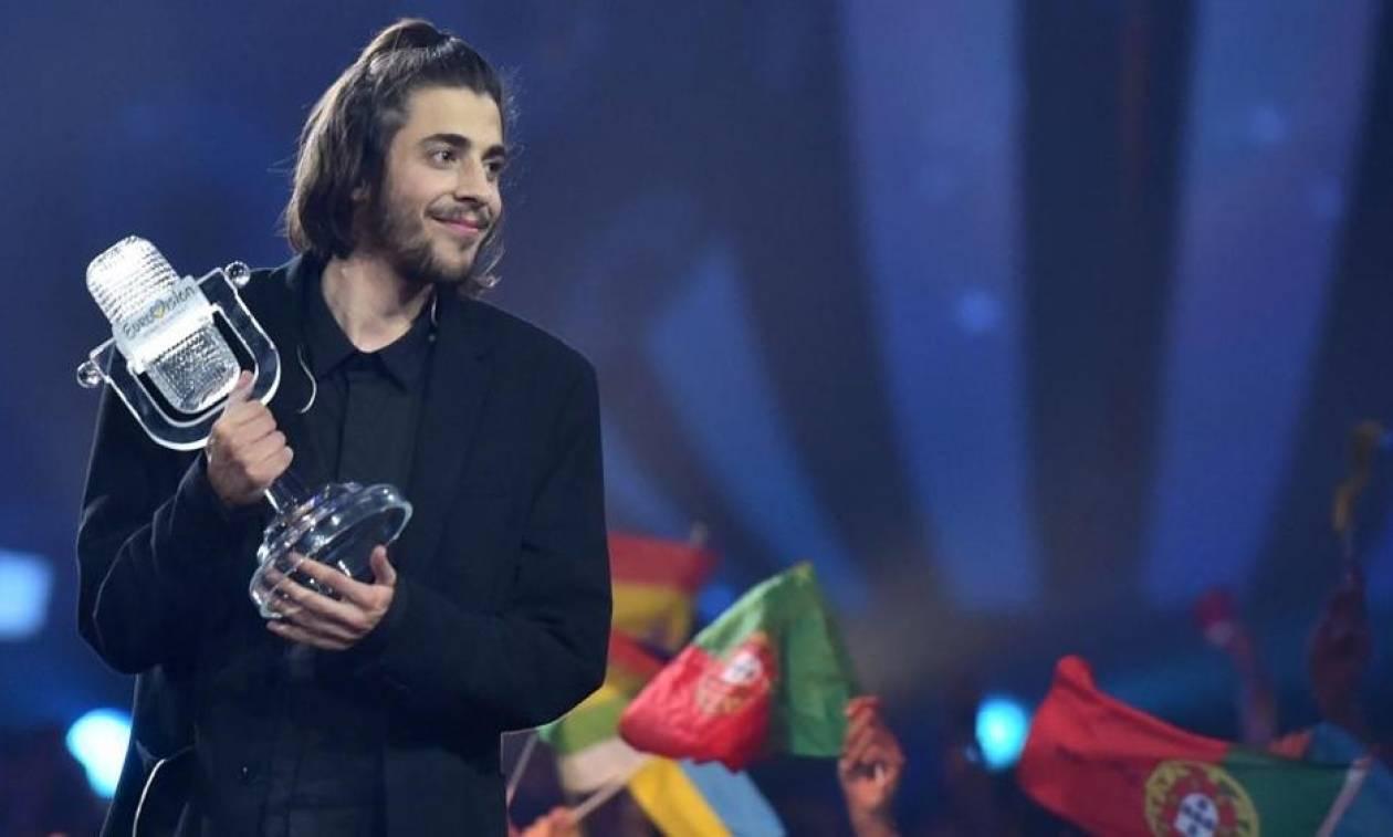Eurovision 2017: Ποιος είναι ο τραγουδιστής της Πορτογαλίας που μάγεψε το κοινό! (vid)