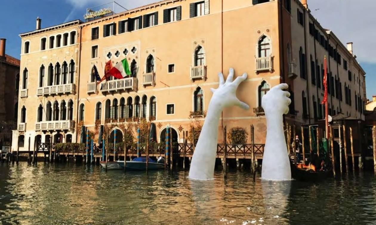 Support: Το εντυπωσιακό γλυπτό που σόκαρε τη Βενετία (Pics)