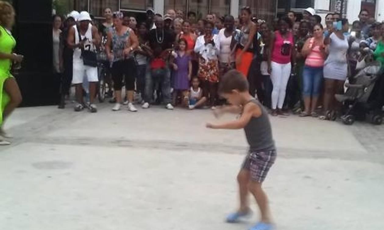 Πιτσιρικάς μπαίνει στην... πίστα και τους παίρνει όλα τα λεφτά με το χορό του (Video)