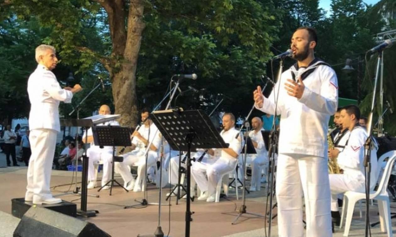 Συγκίνηση: Μπάντα του Ναυτικού αφιέρωσε τραγούδι στους νεκρούς αξιωματικούς του μοιραίου Χιούι (vid)