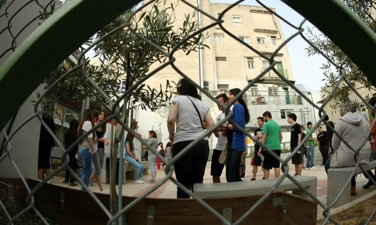 Σοκ στον Πύργο: Αυνανιζόταν έξω από σχολείο μπροστά σε μαθητές