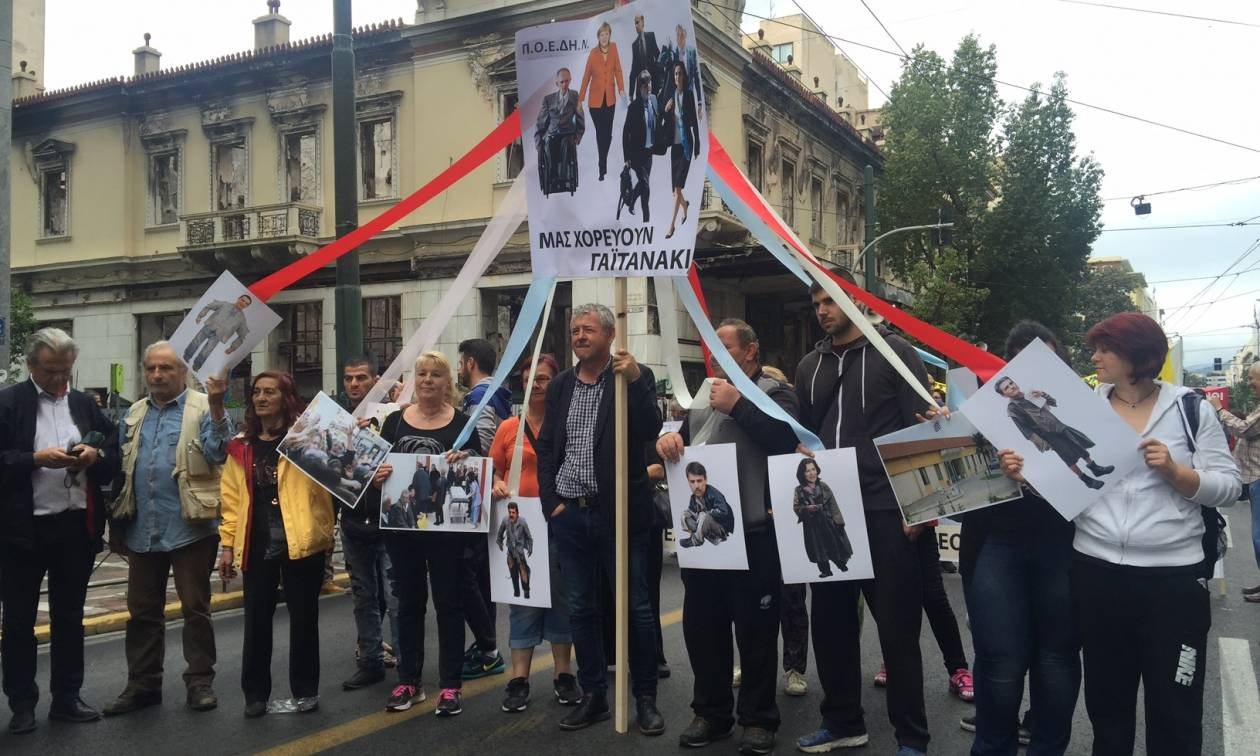 «Κάτω τα χέρια από μισθούς και συντάξεις» - Χιλιάδες πολίτες στους δρόμους κατά του νέου Μνημονίου