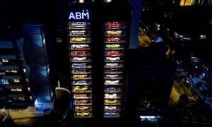 Το «τερμάτισαν» στη Σιγκαπούρη: Μηχάνημα αυτόματης πώλησης πολυτελών αυτοκινήτων! (videos)
