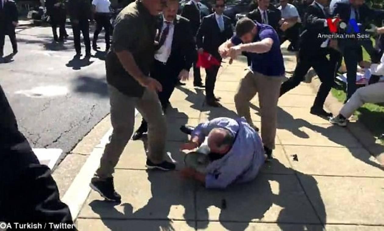 ΗΠΑ: Μπράβοι του Ερντογάν επιτέθηκαν σε Κούρδους διαδηλωτές στην Ουάσιγκτον - Απίστευτες εικόνες