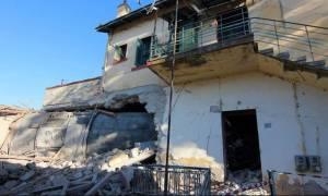 Άδενδρο: Καρέ – καρέ η κατεδάφιση του κτηρίου όπου έπεσε η μοιραία αμαξοστοιχία