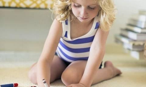 Γιατί οι γονείς δεν πρέπει να αφήνουν τα παιδιά τους να κάθονται σε θέση W ενώ βλέπουν τηλεόραση