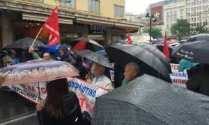 Υπό βροχή η πορεία των συνταξιούχων στο κέντρο της Αθήνας (photos)