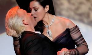 Κάννες 2017: Το καυτό φιλί της Μόνικα Μπελούτσι που προκάλεσε... σεισμό! (pics+vid)