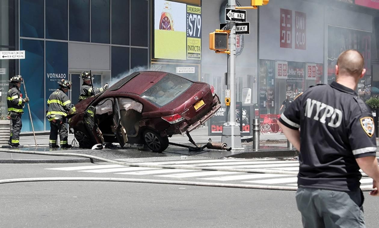 Νέα Υόρκη: Σοκαριστικές φωτογραφίες από το σημείο όπου αυτοκίνητο έπεσε σε πεζούς