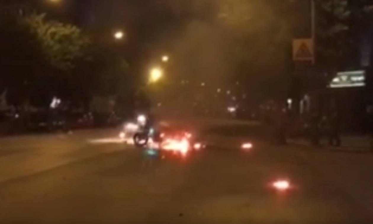 Αντιεξουσιαστές χτύπησαν τροχονόμο και του έκαψαν τη μηχανή (vid)