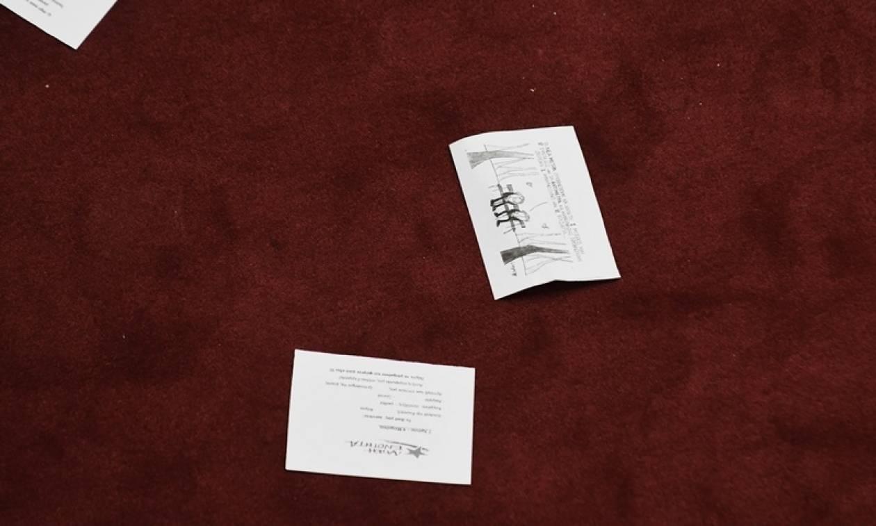 Αναστάτωση στη Βουλή: Μέλη της Λαϊκής Ενότητας πέταξαν φέιγ βολάν για τα «7 χρόνια μνημόνια»