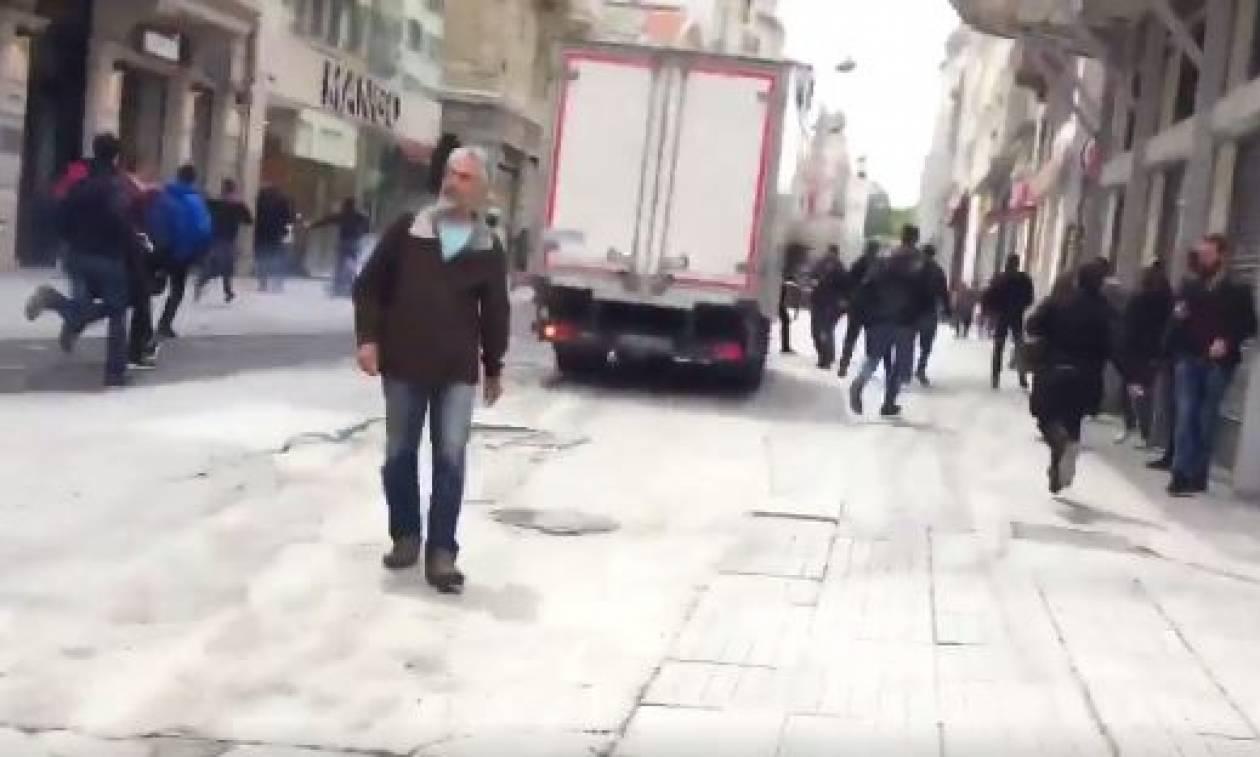 Επεισόδια Κωνσταντινούπολη - Ολυμπιακός: Δείτε βίντεο από τις συμπλοκές και τα μαχαιρώματα