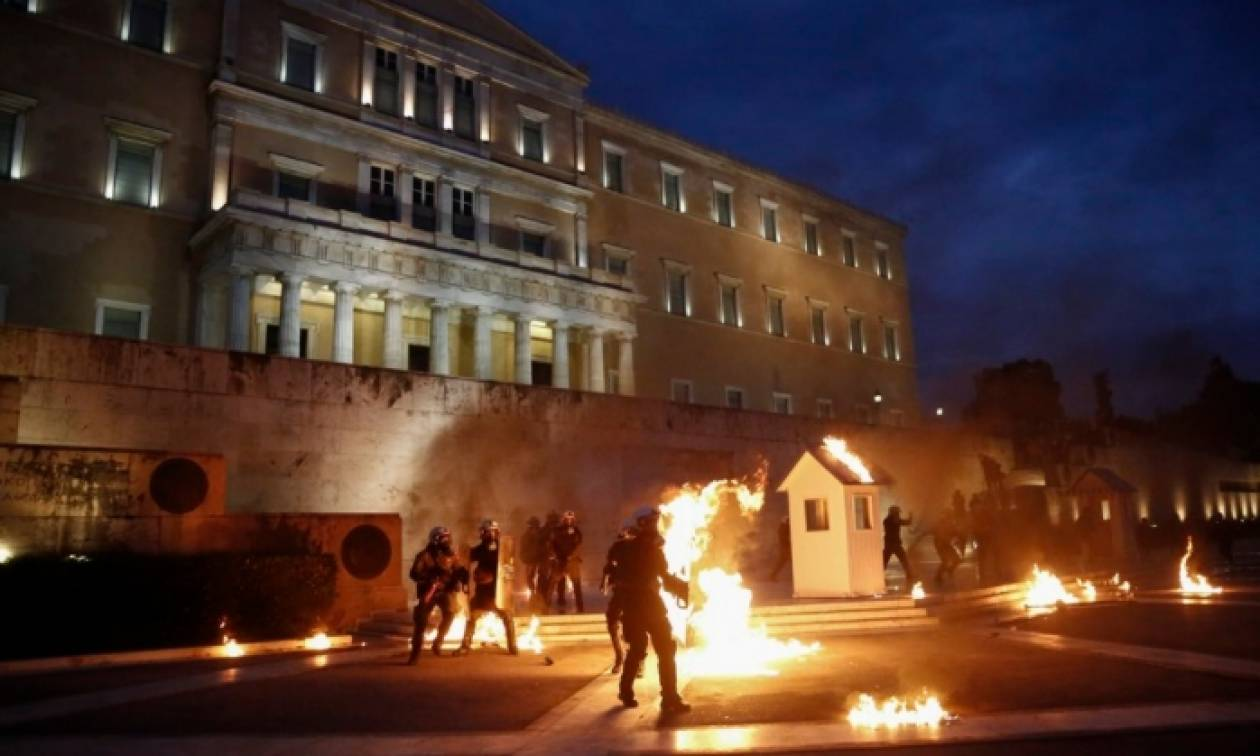 Επεισόδια στη Βουλή: Βίντεο με την καταδρομική επίθεση των αναρχικών